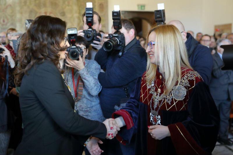 Prezydent Dulkiewicz przyjmuje gratulacje od Agnieszki Owczarczak, przewodniczącej Rady Miasta Gdańska