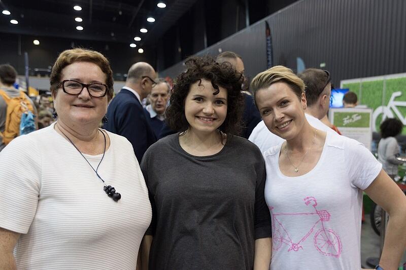 Edyta Mantorska z Zarządu Dróg Miejskich w Warszawie stoi w środku, po lewej burmistrz miasta Pucka Hanna Pruchniewska, po prawej Natalia Wodyńska-Stosik - honorowa ambasadorka kampanii; zdjęcie z inauguracji Rowerowego Maja`2017 r.