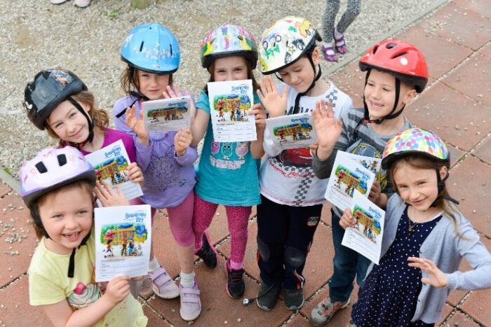 Przedszkolaki z Gdyni prezentują `dzienniczki` Rowerowego Maja