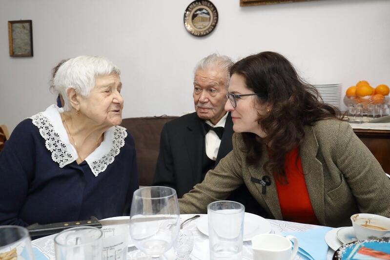 Nz. (od lewej) Halina Dafereras (warto dodać, że żona jubilata skończyła w lutym 95 lat!), Aleksandra Dulkiewicz (prezydent Gdańska), Georgis Dafereras (stulatek)
