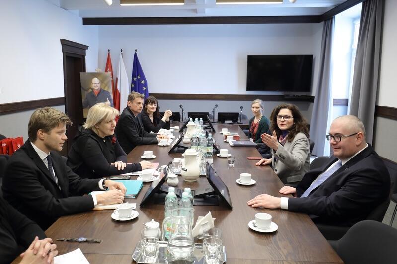 Komisarz Dunja Mijatović przyjechała do Gdańska z doradcą i dyrektorką swojego biura oraz dwójką tłumaczy