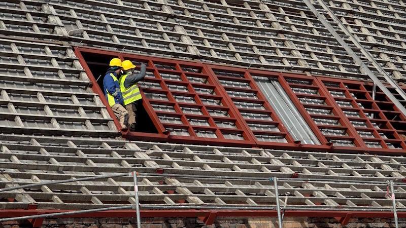 Nim położone zostaną nowe dachówki, wymieniona musi zostać stolarka okienna