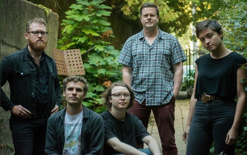 'Marker' tworzą: Ken Vandermark - saksofon, klarnet; Andrew Clinkman – gitara; Steve Marquette – gitara; Macie Stewart – skrzypce, keybord; Phil Sudderberg – perkusja