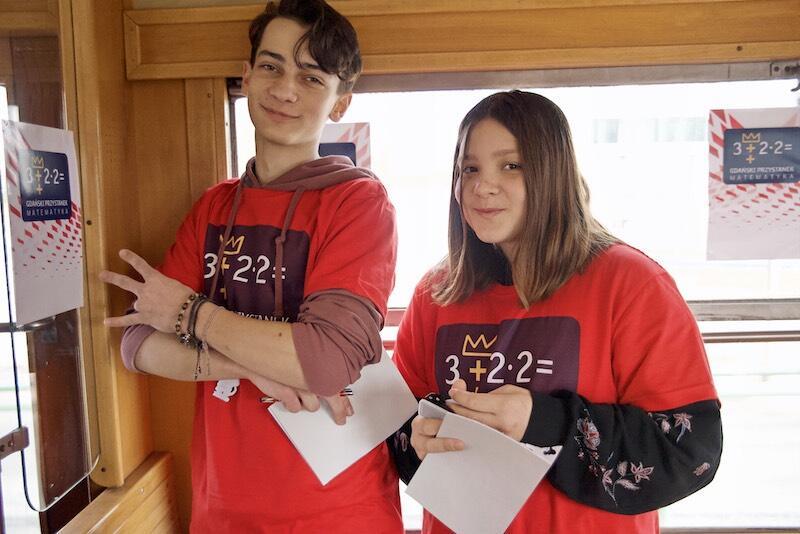 Nz. Józef Nanowski i Natalia Tokarska - uczniowie SP nr 70 wcielili się w matematycznych wolontariuszy