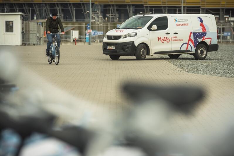 Takie pojazdy jak ten także są częścią systemu - jeśli spotkamy je na swojej drodze to znak, że jedzie serwis MEVO, który zajmuje się wymianą akumulatorów elektrycznego wspomagania, usuwaniem usterek lub relokacją jednośladów, czyli rozwożeniem ich po stacjach bazowych roweru publicznego