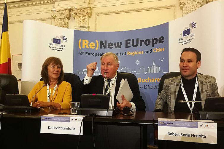 Karl Heinz Lambertz (w środku), przewodniczący Europejskiego Komitetu Regionów