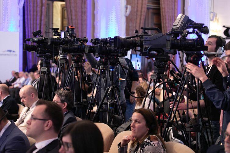 Szczyt w Bukareszcie obsługiwany jest przez armię przedstawicieli mediów. Samych dziennikarzy akredytowało się ponad 200