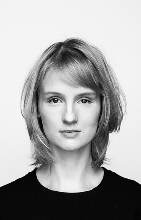 Sylwia Szymaniak, ukończyła historię sztuki na Uniwersytecie Warszawskim i pracuje w Fundacji Polskiej Sztuki Nowoczesnej. Realizuje wystawy w kraju i zagranicą. Od 2016 r. prowadzi wraz Sarmenem Beglarianem projekt Dom Kereta