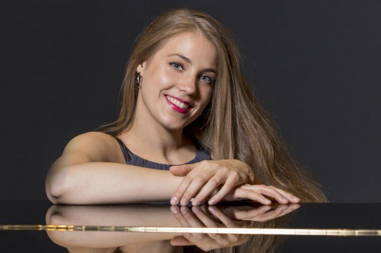 Anna Szałucka ukończyła studia muzyczne w Gdańsku, następnie kontynuowała naukę w Wiedniu oraz Londynie. Obecnie ta utalentowana pianistka pracuje w londyńskiej prestiżowej Royal Academy of Music