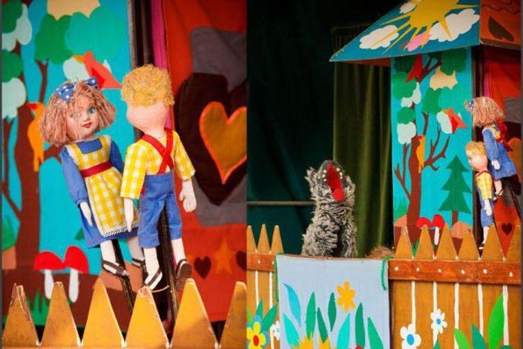 Jaś i Małgosia Teatru Qfer (jednej z pierwszych profesjonalnych inicjatyw teatralnych działających w Trójmieście), to stara dobra baśń opowiedziana w nowy, atrakcyjny i kolorowy sposób