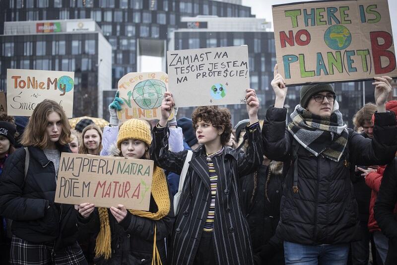 Młodzi ludzie z Trójmiasta, tak jak ich rówieśnicy w setkach miejsc na świecie wyszli dziś (15 marca 2019 r.) na ulicę, by zaprotestować przeciwko braku reakcji decydentów na postępujące zmiany klimatyczne