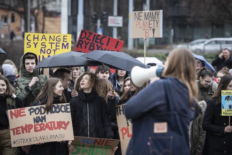 Młodzież przyniosła na Plac Solidarności transparenty
