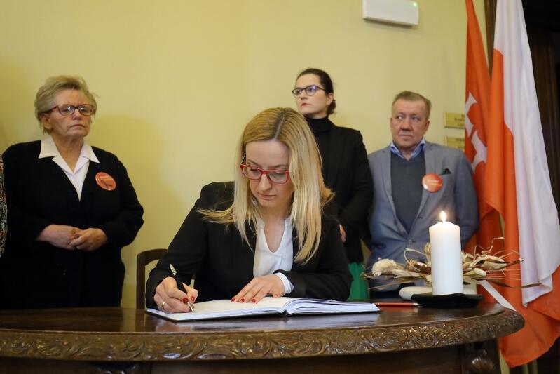 Podpis składa przewodnicząca Rady Miasta Gdańska Agnieszka Owczarczak