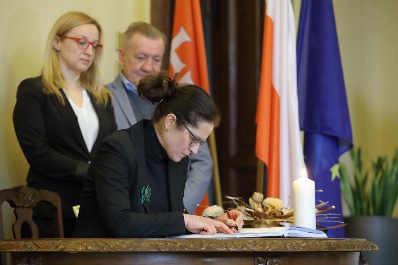 Do księgi kondolencyjnej wpisuje się prezydent Gdańska Aleksandra Dulkiewicz