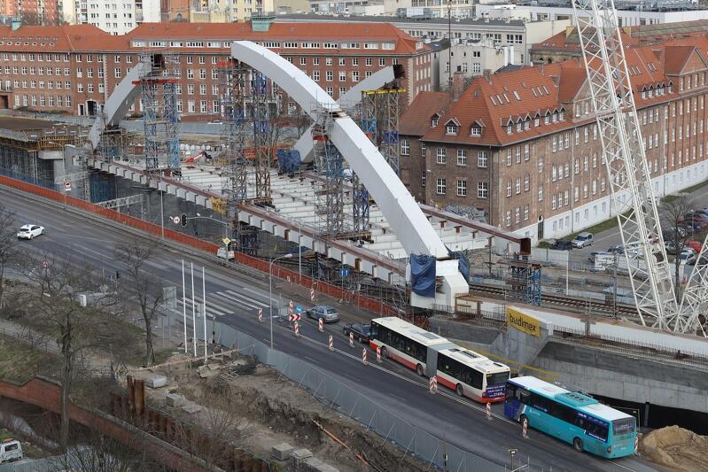 Trwa montaż elementów łuków przyszłego wiaduktu