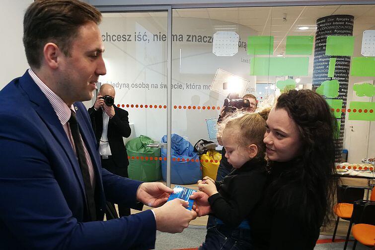 Program zainaugurował zastęca prezydenta Gdańska Piotr Borawski, który wręczył uczestniczkom pilotażu vouchery uprawniające do bezpłatnego przeprowadzenia specjalistycznych badań kompetencyjnych