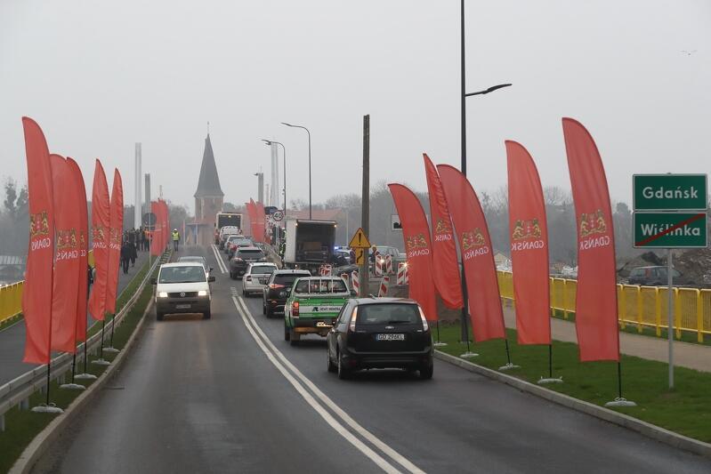 Uroczyste otwarcie Mostu na Wyspę Sobieszewską odbyło się 10 listopada 2018 roku. Inwestycja nosi imię 100-lecia Odzyskania Niepodległości Polski