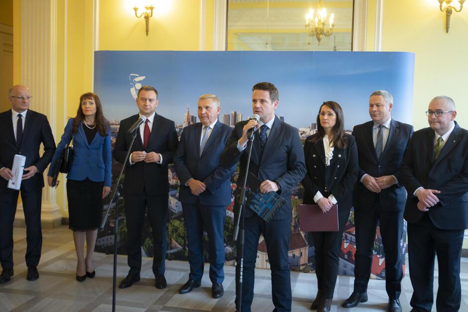 Prezydenci miast podczas konferencji prasowej