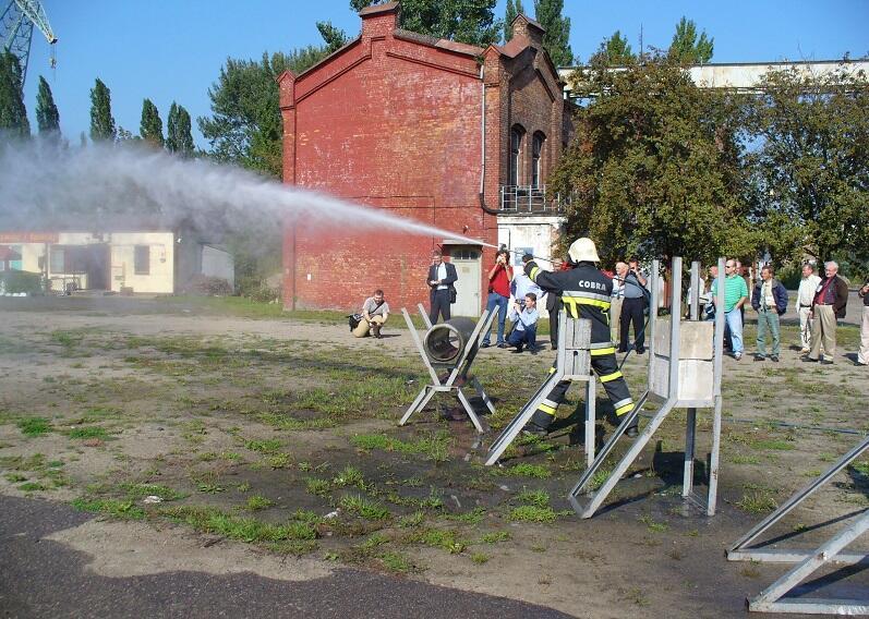 Jedne z ostatnich publicznych ćwiczeń przed Remizą w Stoczni Cesarskiej. To i kolejne zdjęci pochodzi ze zbiorów Jana Sażalskiego, stoczniowego strażaka od 1975 r., komendanta ZZSP w Stoczni Gdańskiej w l. 1990 - 2014