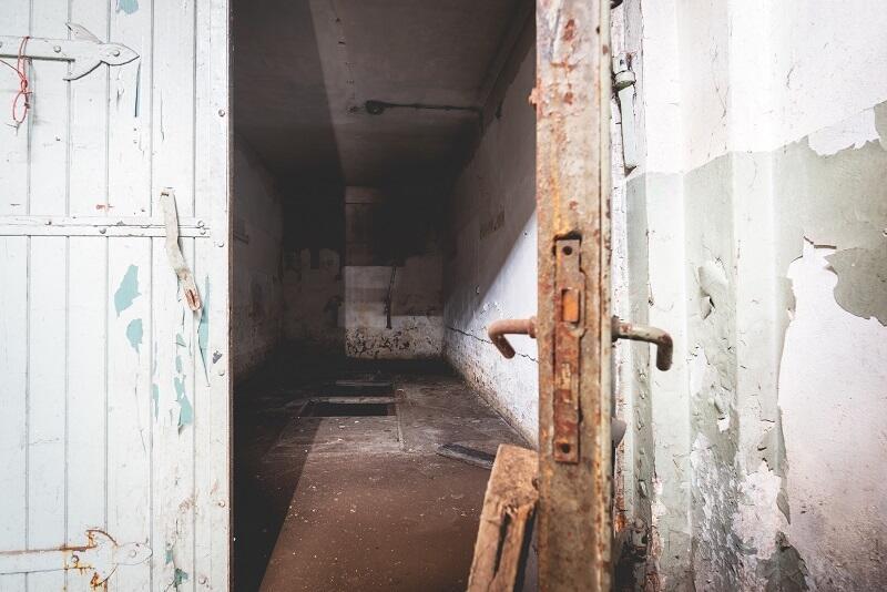 Kilkanaście lat braku użytkowania i ogrzewania zrobiły swoje we wnętrzach dawnej Remizy