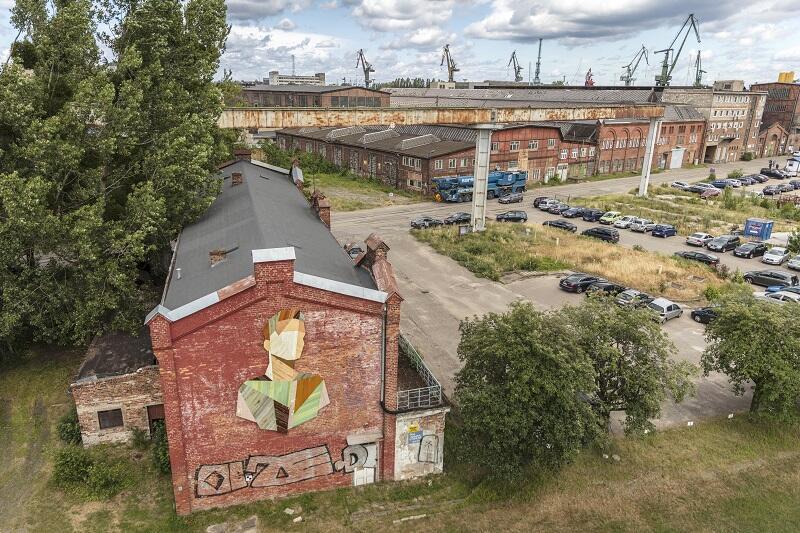 Od czerwca 2018 r. na południowej fasadzie dawnej Remizy oglądać możemy `Obrońcę`, dzieło belgijskiego artysty Strook`a, znanego z portretów wykonanych z odzyskanego starego drewna znalezionego w dawnych zakładach przemysłowych i opuszczonych domach