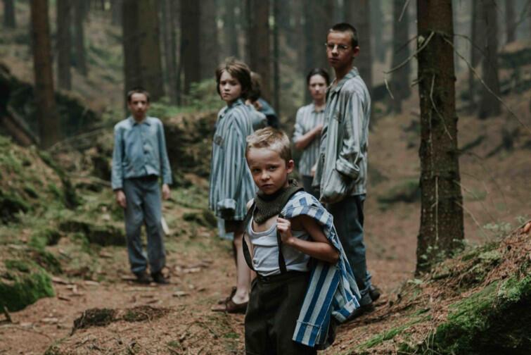 """Akcja filmu """"Wilkołak"""" rozgrywa się latem 1945 roku. Dla dzieci wyzwolonych z obozu Gross-Rosen zostaje utworzony prowizoryczny sierociniec w opuszczonym pałacu wśród lasów. Ich opiekunką staje się była więźniarka Hanka"""