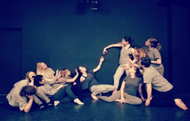 """""""Etiuda bez tytułu"""" to spektakl Teatru Tańca Kiosk Ruchu, działającego przy ACK Alternator UG. Opieka artystyczna Agata Gregorkiewicz"""