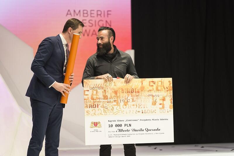 Główną nagrodę - Amberif Design Award - ufundowaną przez Prezydenta Miasta Gdańska zdobył Alberto Davila Quesada z Meksyku - statuetkę i czek na 10 tys. zł odebrał z rąk Piotra Grzelaka, z-cy prezydenta Gdańska