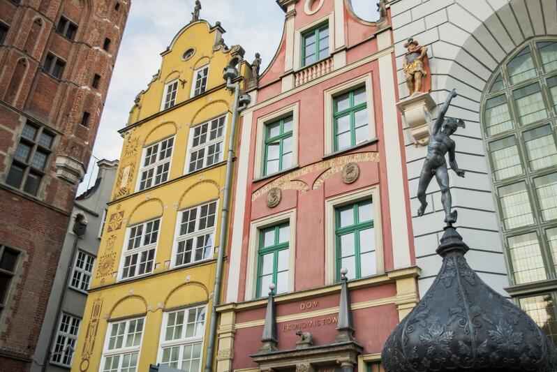 """Na Dwór Artusa składa się """"właściwy"""" biały dwór, przylegający do niego z prawej strony Nowy Dom Ławy z Sienią Gdańską (niewidoczny na zdjęciu) oraz Stary Dom Ławy na rogu ul. Kramarskiej, zwany Domem Ekonomistów lub Ekonomisty"""