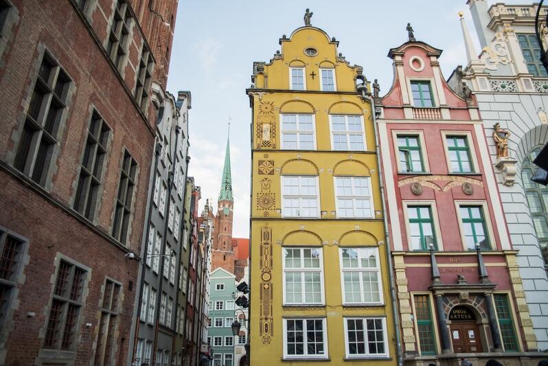 Z zewnątrz Stary Dom Ławy obejmuje dwie fasady: żółtą i czerwoną