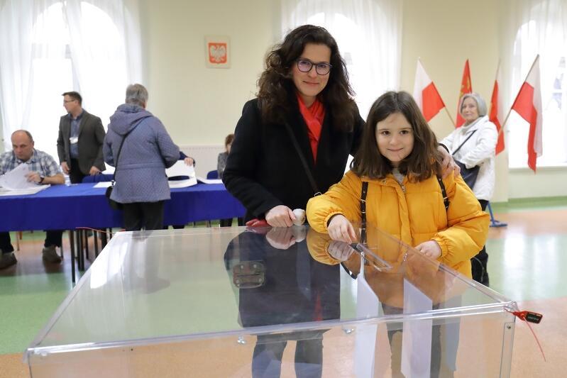 Prezydent Gdańska Aleksandra Dulkiewicz wraz z córką zagłosowała