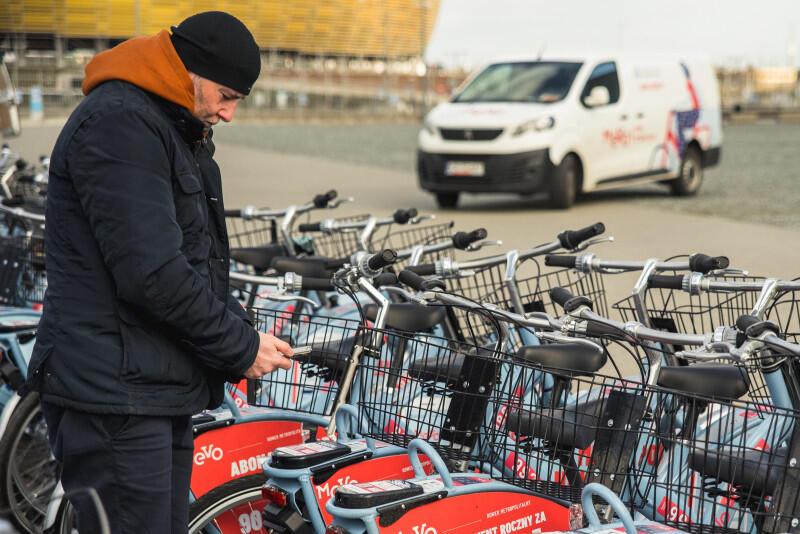 1224 rowery MEVO opuszczają dziś swoją stację przejściową pod Stadionem Energa Gdańsk by rozjechać się po miastach i gminach