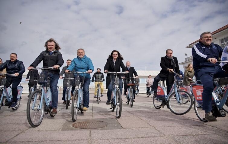 Przy wejściu na molo zebrali się włodarze miast i gmin uczestniczących w projekcie, władze województwa i reprezentacja Stowarzyszenia Obszar Metropolitalny Gdańsk-Gdynia-Sopot, które w imieniu 14 samorządów realizowało projekt systemu roweru publicznego MEVO