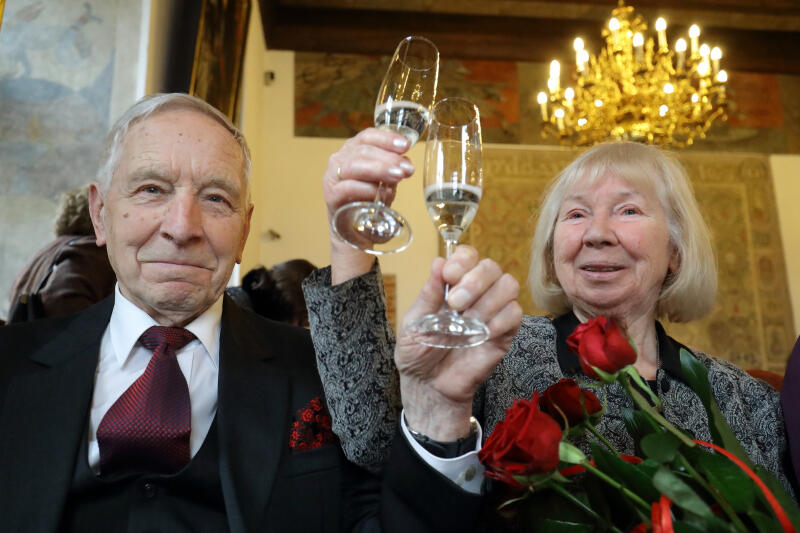 60 lat minęło... jak jeden dzień. Małżeńscy jubilaci wznoszą toast za miłość