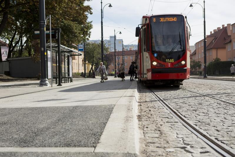 Przystanek Przeróbka , tramwaj linii 8 jadący w kierunku Jelitkowa