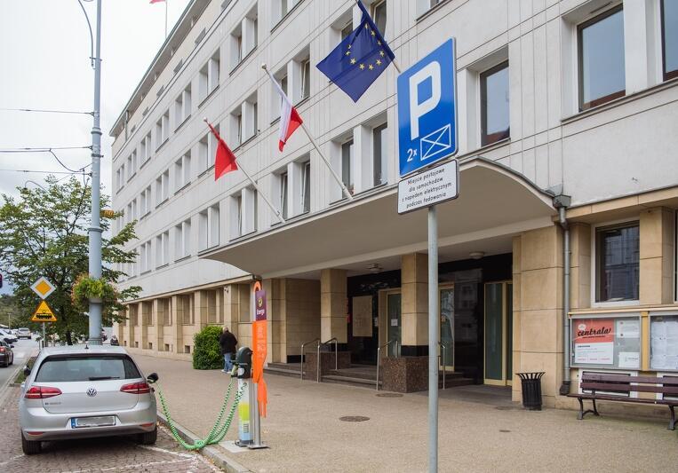 Punkt ładowania przy Urzędzie Miejskim w Gdańsku, ul. Nowe Ogrody 8/12. Miejsce parkingowe jest, niezależnie od pory dnia, w prosty sposób można naładować auto