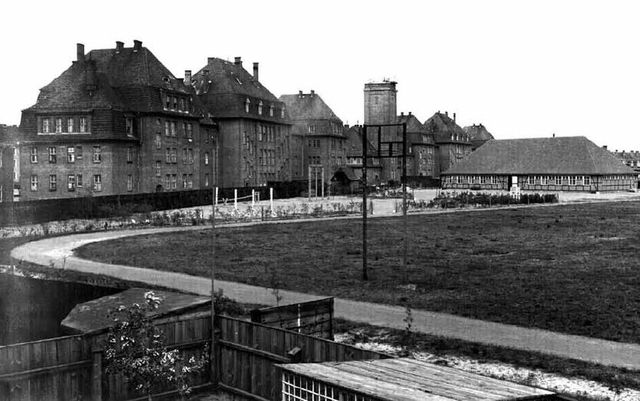 Budynek szkoły, widok od strony dziedzińca; pośrodku widoczna charakterystyczna wieża, w której ulokowano Obserwatorium Państwowe; 1927