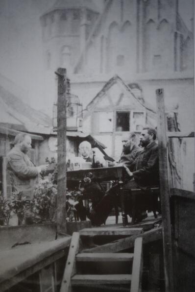 Mężczyźni na tarasie na dachu