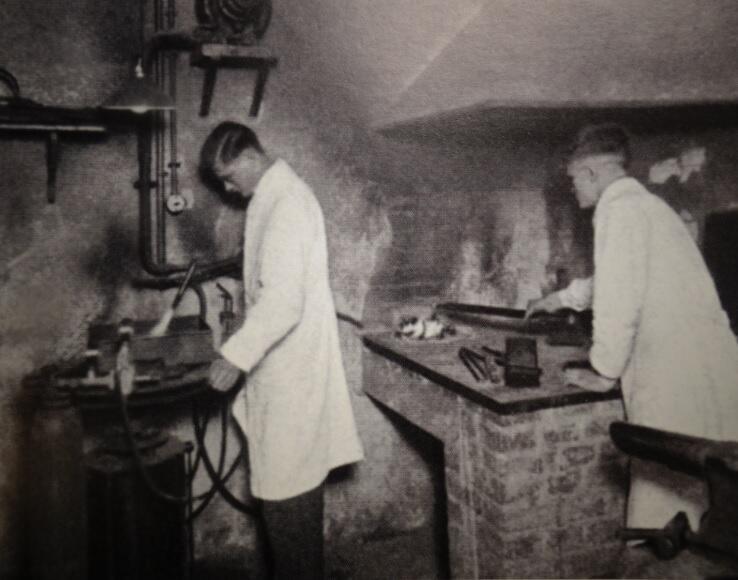 Piec żarowy do wytopu metali w warsztacie firmy przy ulicy Ogarnej 113; lata 20. XX w.