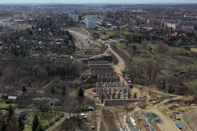 Budowa ul. Nowej Bulońskiej. Nz. widoczne podpory pod most nad Potokiem Siedleckim