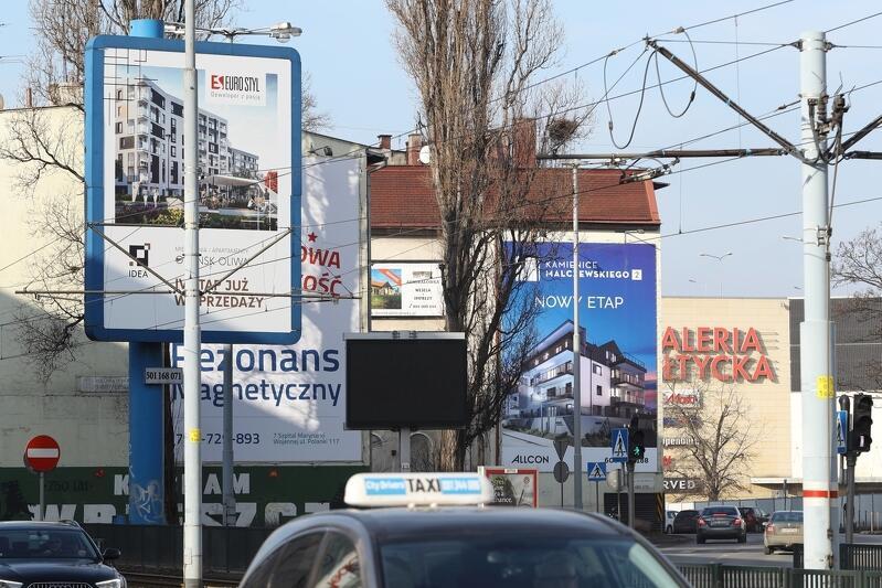 W Gdańsku jest dobrych kilkadziesiąt tysięcy nośników reklamy (od małego `banerka` aż po wielkie `reklamowe płachty`)