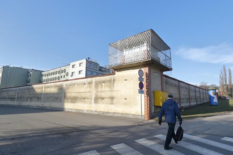 Mury Aresztu Śledczego w Gdańsku już bez reklamy, na razie niezbyt estetyczne, ale wkrótce ma się to zmienić