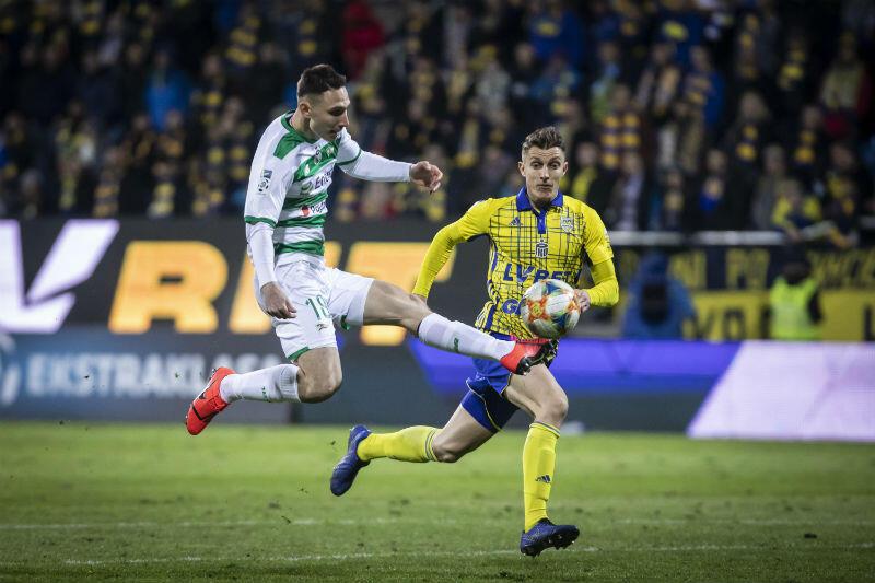 Jakub Arak końcem buta pchnął piłkę, strzał obroni Pavels Steinbors