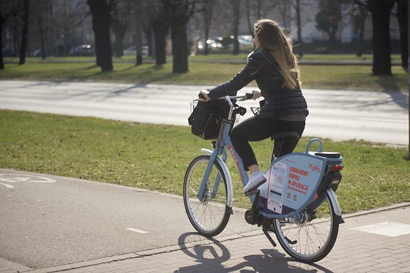 Rowerzystka na Mevo na al. Zwycięstwa w Gdańsku