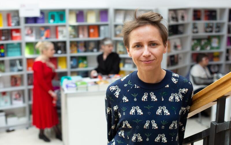 Magdalena Kalisz kreuje wydarzenia promujące sztukę, literaturę, design, animuje i ożywia trójmiejskie życie kulturalne, jest dyrektorką programową Gdańskich Targów Książki i wraz z Pawłem Szopowskim założyła i kieruje Sztuką Wyboru