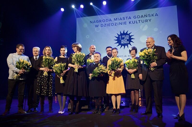 Wspólne zdjęcie wszystkich nominowanych do Splendorów z prezydent Gdańska Aleksandrą Dulkiewicz