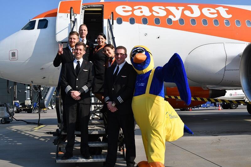 Załogę Airbusa A319, który dla easyJet latać będzie między Berlinem a Gdańskiem, powitała lotniskowa maskotka mewa