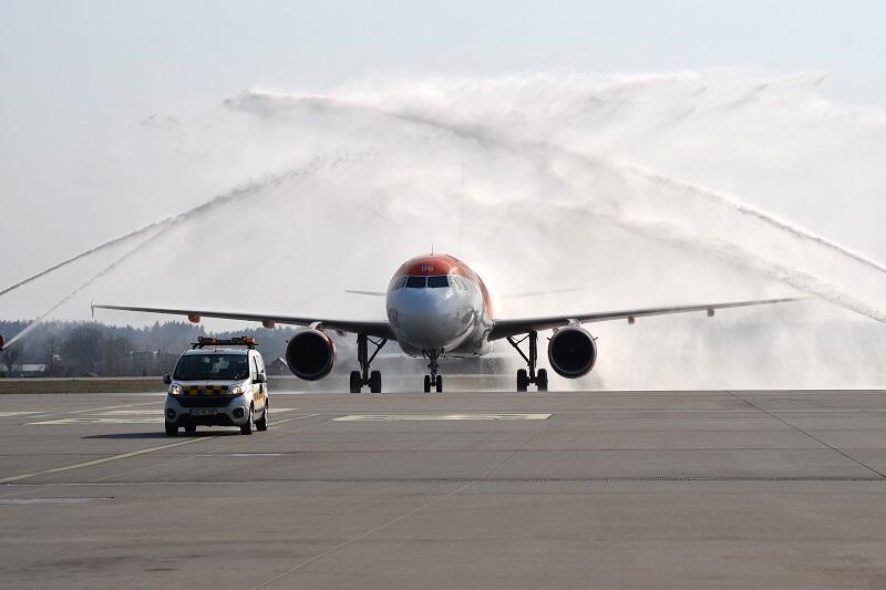 Pierwszy kurs na nowej trasie - obowiązkowy chrzest z lotniskowych sikawek dla Airbusa A319, który w barwach easyJet po raz pierwszy przyleciał z Berlina do Gdańska 4 kwietnia 2019 r.