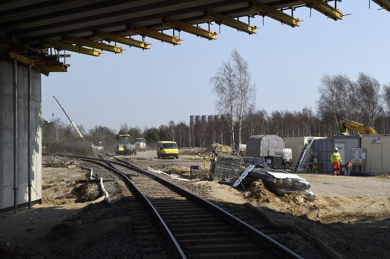Wiadukt przebiega nad torami sieci kolejowej w Porcie Zewnętrznym, jego rozpiętość musiała zostać dostosowana do szerokości torów