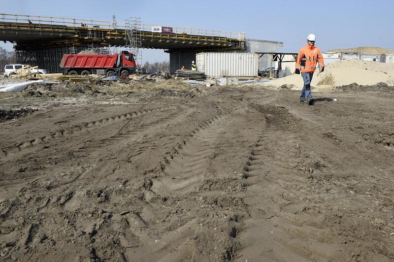 Wiadukt WD-4 docelowo będzie prowadził ruch rozbudowywanej, dwujezdniowej ulicy Kontenerowej